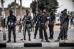 Toán cướp đi xe máy và xả súng vào một ngôi làng, 18 người thiệt mạng