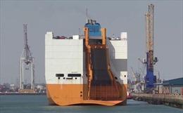 Tàu chở hơn 1.800 ô tô bỗng nhiên bốc cháy