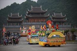 Diễu hành xe hoa từ thành phố Phủ Lý về chùa Tam Chúc
