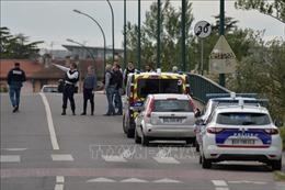 Vụ bắt con tin tại Pháp: Thủ phạm vẫn cố thủ, con tin 'an toàn'