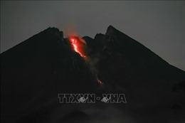 Núi lửa Merapi, Indonesia phun dung nham nóng sáng
