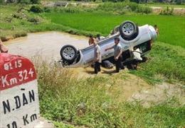 Xe ô tô 7 chỗ lao xuống hố nước, năm người thương vong