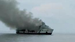 Tàu chở khách bốc cháy, nhiều người mắc kẹt