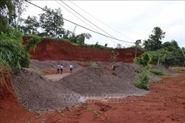 Một doanh nghiệp đổ hàng trăm m3 chất thải xuống mỏ đá