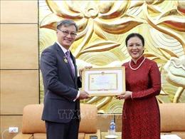 Trao tặng Kỷ niệm chương 'Vì hòa bình hữu nghị giữa các dân tộc' cho Đại sứ Lào tại Việt Nam