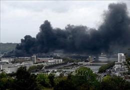 Dập tắt đám cháy tại nhà máy hóa chất