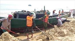 Giải cứu thành công tàu cá của ngư dân mắc cạn trên bờ biển Quảng Bình