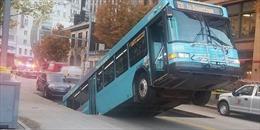Bất ngờ xuất hiện hố sụt lún tử thần 'nuốt'gần nửa xe buýt