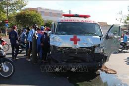 Xe cứu thương tông bay hàng rào, lao vào nhà dân, lái xe bị thương nặng