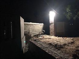 Sập mái cổng khi thi công, 2 thợ xây tử vong