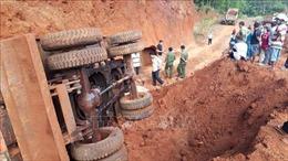 Lật xe máy múc trong hầm khai thác đất, một người tử vong tại chỗ