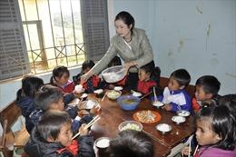 Thầy cô góp gạo thổi cơm nuôi học trò nơi huyện nghèo 30a