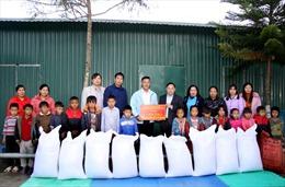 Tặng 1 tấn gạo cho học sinh dân tộc vùng khó Nậm Nhùn, Lai Châu