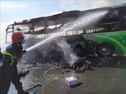 Xe khách giường nằm bất ngờ cháy rụi trên Quốc lộ 1A