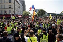 Tuần hành đoàn kết ở Nga, đụng độ biểu tình tại Pháp trong Ngày Quốc tế Lao động