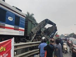 Cố tình băng qua đường ray, xe tải bị tàu hỏa kéo văng hàng trăm mét