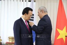 Trao Huân chương Lao động hạng 3 cho nguyên Tỉnh trưởng của Hàn Quốc