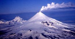 Núi lửa ở Alaska phun tro bụi cao 8m, nhiều hãng hàng không phải cảnh báo bay