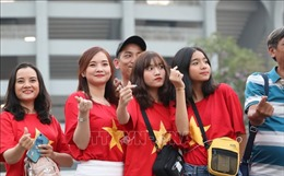 Cổ động viên Việt Nam 'biến' Rajamangala thành sân nhà