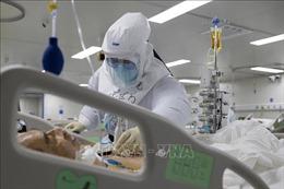Trung Quốc cử chuyên gia hỗ trợ tỉnh biên giới có số ca mắc COVID-19 tăng đột biến
