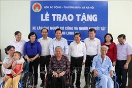 Bộ LĐTBXH trao tặng 70 xe lăn cho người khuyết tật tỉnh Long An