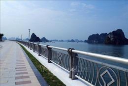 Chưa có biển báo, nhiều xe máy vẫn vô tư chạy trong công viên bao biển vịnh Hạ Long