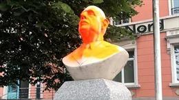Người biểu tình phá hoại tượng cố Tổng thống Pháp Charles de Gaulle