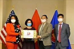 Đại sứ quán Việt Nam tại Mỹ trao tặng khẩu trang cho thủ đô Washington