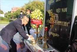 Đại sứ quán Việt Nam tại Campuchia đặt vòng hoa tưởng niệm tại Đài Hữu nghị