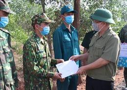 Bí thư Tỉnh ủy Bình Phước tặng quà tại tuyến đầu chống dịch COVID-19