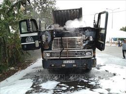 Xe container bất ngờ bốc cháy dữ dội khi đang lưu thông
