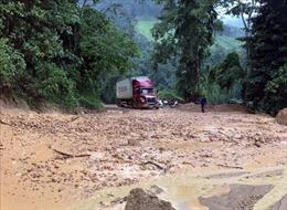 Sạt lở gây ách tắc trên Quốc lộ 279 đi Cửa khẩu quốc tế Tây Trang