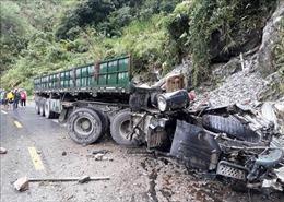 Xe đầu kéo mất phanh khi đổ đèo, hai người tử vong