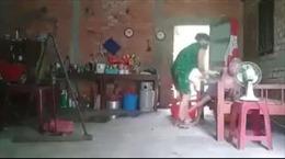 Bắt tạm giam người phụ nữ hành hạ mẹ ruột