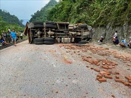 Xe tải chở gạch bị lật khi đổ đèo, tài xế tử vong tại chỗ