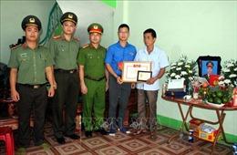 Truy tặng Huy hiệu 'Tuổi trẻ dũng cảm' cho chiến sỹ Cảnh sát cơ động tại Bắc Giang