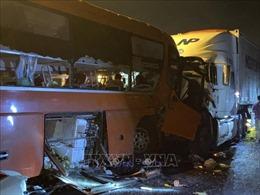 Xe khách và xe đầu kéo đâm nhau khiến 2 người tử vong