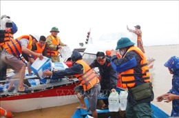 Thăm hỏi, tặng quà cứu trợ cho người dân vùng lũ Quảng Bình
