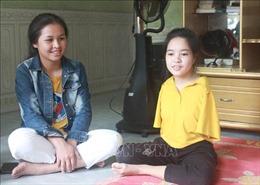 Nghị lực phi thường của nữ sinh bị khiếm khuyết 2 tay bẩm sinh Y Julie