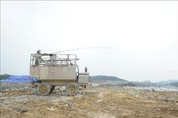 Phun chế phẩm, khắc phục mùi ô nhiễm tại bãi rác Nam Sơn