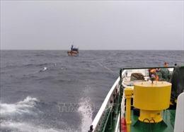 Vùng 4 Hải quân hỗ trợ tàu cá ngư dân Khánh Hòa gặp sự cố trên biển