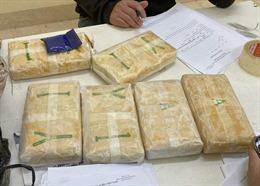 Bắt đối tượng mua bán ma túy dùng vũ khí chống trả khi bị vây bắt