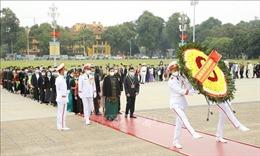 Đoàn đại biểu dự Đại hội toàn quốc các dân tộc thiểu số vào Lăng viếng Bác