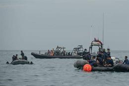 Tiếp tục tìm kiếm nạn nhân và hộp đen máy bay rơi tại Indonesia