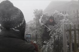 Đỉnh Mẫu Sơn xuất hiện băng tuyết