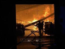 Cháy lớn giữa đêm tại một công ty sản xuất đồ gỗ