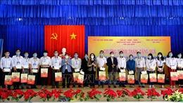 Đồng chí Trương Thị Mai trao quà Tết tặng nhân viên y tế chống dịch COVID-19