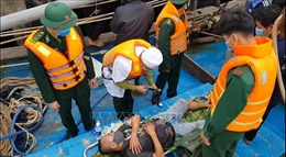Cứu sống 8 thuyền viên trên tàu bị bốc cháy