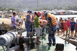 Đưa 2 ngư dân gặp nạn trên biển về bờ cấp cứu kịp thời