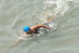 Bé gái Ấn Độ mắc chứng tự lỷ lập kỷ lục thế giới về bơi trên biển